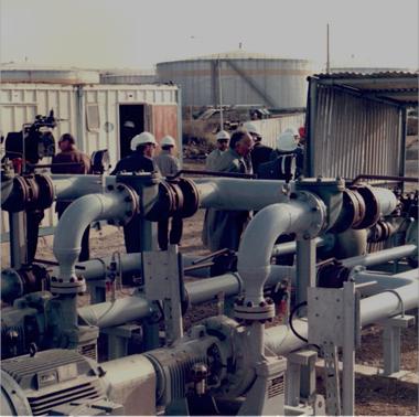 Ouvriers dans une usine d'hydrocarbure